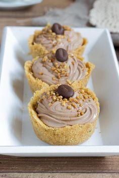 Le tortine al caffé senza cottura sono dei dolcetti velocissimi e golosi che si preparano molto facilmente, bastano pochi ingredienti.