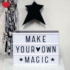 Nieuw in de shop is deze trendy lichtbox @jetjesenjobjes. Een A4 lichtbak met 3 rijen voor al je quotes en boodschappen! Decoratief en origineel als lamp. Maak steeds nieuwe teksten door simpelweg de plastic letters op de rij te schuiven en verwissel ze zo vaak je wilt. Leuk voor in de woon- en kinderkamers, maar ook voor feesten, geboortes, baby shower, oud & nieuw of trouwerijen: verzin een passende tekst en schuiven maar…over & over