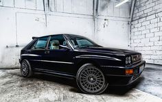 Wieczorową porą... młoda klasyka, czarna Lancia Delta HF.