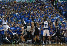 13-14NBAプレーオフ1回戦(7回戦制)、ダラス・マーベリックス(Dallas Mavericks)対サンアントニオ・スパーズ(San Antonio Spurs)。勝利を決めるシュートを放つダラス・マーベリックスのビンス・カーター(Vince Carter、左、2014年4...