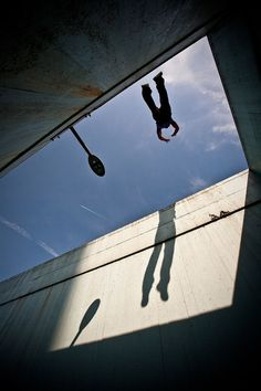 Action shots of parkour athletes show them vaulting across obstacles quickly and efficiently. Parkour Workout, Parkour Moves, Kickboxing Workout, David Belle, Street Photography, Art Photography, Vigilante, Travel Humor, Extreme Sports