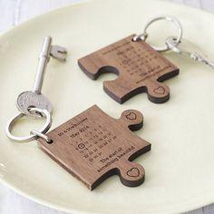 idée de cadeau mariage DIY - deux porte-clés en forme de pièces de puzzle gravées