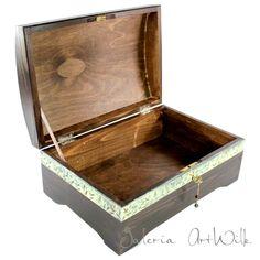 Kufer drewniany ręcznie malowany Kufer, malowany ręcznie trwałymi farbami artystycznymi. Zabezpieczony lakierem , zamykany na kluczyk. Pomieści wiele naszych skarbów.