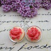 Korallinväriset ruusut luunvalkoisella pohjalla 16€  #ruusucamee #vanhanaikainenkoru #vintage #roses #helmipaikka