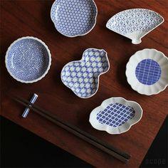 """薬味や漬物をのせたり、醤油を入れたり・・・""""ちょい使い""""ができる小紋柄をアレンジした印判染付の豆皿は、デザイン違いで集めたくなりますね。"""