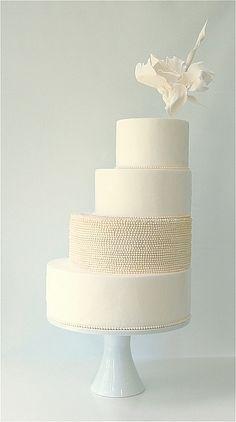 Schlicht und modern: Hochzeitstorte ganz und gar in Weiß