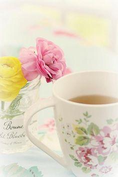 Vidro + etiqueta + água + flores frescas