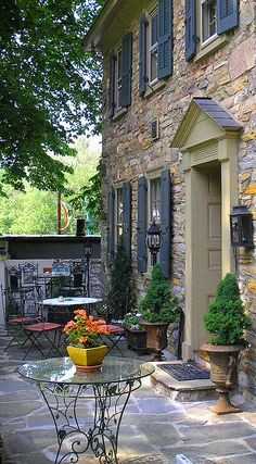 Exterior color with brick. Lovely French Country home facade. French Country Cottage, French Country Style, French Farmhouse, Country Life, French Patio, Wine Country, Country Living, French Decor, French Country Decorating