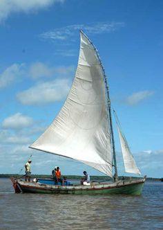 Mais um modêlo de barco tradicional do Maranhão.  Este, construído em Barreirinhas, é armado com o mesmo tipo de vela das jangadas.