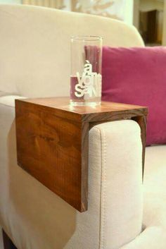 DIY Wooden Couch Sleeve Tutorial Seriously need one or two of these for my living room. I currently have to haul out a tv table anytime I want to sit and sip anything. Bandeja Sofa, Wooden Couch, Diy Casa, Home And Deco, Wooden Diy, Diy Wood, Wooden Decor, Wooden Crafts, Home Projects