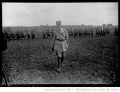 Moisselles, 22-8-15 [le général Michel marchant devant les troupes dans la plaine] : [photographie de presse] / [Agence Rol] - 1