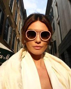 Os óculos de sol sempre dão um up ao seu look! Inspiração no lindo #fendi #funkyangle #oticaswanny #oculosfashion #candycolor