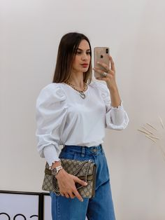 Camisa branca e calça jeans. #inspiration #camisa #jeans Look Fashion, Girl Fashion, Womens Fashion, Girls Fashion Clothes, Fashion Outfits, Feminine Style, Ideias Fashion, Bell Sleeve Top, Ruffle Blouse