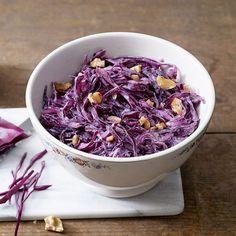 Der feine Salat aus frischem Rotkohl wird mit einem leichten Dressing aus Joghurt und Honig zubereitet.