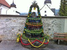 Geschmückter Osterbrunnen im Oberallgäu. Der Brauch stammt aus der Fränkischen Schweiz.  Der bekannteste Osterbrunnen mit über 11.000 Eiern ist in Bieberbach in der Fränkischen Schweiz