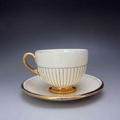 英国アンティークスでは、すべてのお品物が50%引き(最大75%)のセール開催中ですが、こちらのウェッジウッド 『ジョン・グッドウィンのEDME』 シェイプ 1908年デザイン カップ&ソーサーNo.3 も大変お買い得となっております! ⇩ http://eikokuantiques.com/?pid=91641774