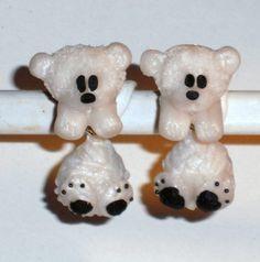 Ohrstecker Eisbär Tier handgemacht aus Fimo und Ed von Verrückte Ohrringe und Schmuck Welt auf DaWanda.com