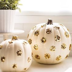 This is how you add a little bit of #sparkle to your #fall #pumpkins! #diy #sequins #regram #SMPLoves @sugarandcloth