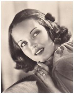 Rochelle HUDSON '30 (6 Mars 1916 - 17 Janvier 1972)was an American film actress from the 1930s through the 1960s. Hudson was a WAMPAS Baby Star in 1931.During her peak years in the 1930s, notable roles for Hudson included: Richard Cromwell's love interest in the Will Rogers showcase Life Begins at Forty (1935), the daughter of carnival barker W.C. Fields in Poppy (1936), Claudette Colbert's adult daughter in Imitation of Life (1934).Hudson died of pneumonia brought on by a liver ailment.
