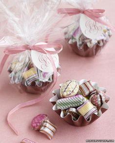 Utiliza moldes de minipies con caramelos para recordatorios. #MesasDulces