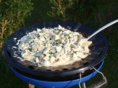 Een makkelijk en voedzaam recept nodig om te koken op de camping? Maak dan kip-courgette schotel. Lekker met stokbrood om in de kaassaus te deppen.