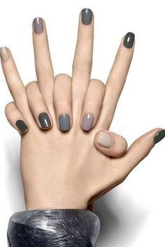 Dale un toque a tus uñas Puedes ser sobria sin dejar de ser original o divertida. Para las vacaciones, elige las variaciones de gris, nude y negro en tus uñas. Les brindará elegancia.