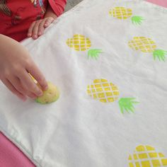 10 Crafty Pineapple Ideas What a cute summer craft to make! Your kids will love these cute and adorable pineapple crafts - diy_crafts Diy Projects To Try, Craft Projects, Craft Tutorials, Potato Stamp, Diy And Crafts, Crafts For Kids, Ideias Diy, Crafty Craft, Fabric Painting
