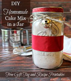 How to Make Homemade Cake Mix From Scratch - This easy chocolate homemade cake mix recipe tastes better than the boxed counter part, doesn't contain any questionable GMO ingredients, makes a nice gift in a jar, and free printable tags are included! #giftsinajar #cakemix #homemadecakemix Cake Mix In A Jar Recipe, Cake In A Jar, Cake Mix Recipes, Baking Recipes, Jar Recipes, Jar Gifts, Food Gifts, Homemade Cake Mixes, Cake Mix Ingredients
