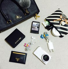 What&Apos;S in your bag, what in my bag, inside my bag, purse essentials, c What's In My Purse, Whats In Your Purse, What In My Bag, What's In Your Bag, Look Fashion, Fashion Bags, Purse Essentials, Travel Essentials, My Bags