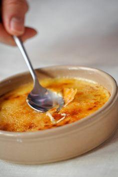 CREME BRULEE * 500g di panna da montare* 2 cucchiaino di tè* 5 tuorli d'uovo* Zucchero 50g* 1/2 baccello di vaniglia*Se non ti piace il tè, o trovi strano il sapore, dare libero sfogo alla vostra fantasia: un bel vaniglia abbastanza (Madagascar , Reunion, Tahiti, altro).  Ma si può anche sostituire il tè con un po 'd'acqua di fiori d'arancio, acqua, olio essenziale di bergamotto, scorza di limone verde
