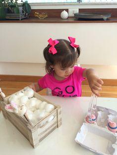 Tirando os ovos de dentro da caixa de algodão.