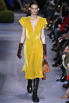 Alerta Fashion Week - NY Feminino - O Veludo continua com força no Inverno 2018. Nesta edição da NYFW, os vestidos ganharam comprimento midi, cores de pedras preciosas e vibrantes, como amarelo, azul Royal e bronze. Imagem: Altazurra