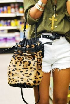White shorts, army green blouse and leopard bag Leopard Bag, Leopard Handbag, White Leopard, Look Fashion, Womens Fashion, Look Chic, Swagg, Spring Summer Fashion, Style Guides