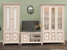 Модульная система Парма - изящная мебельная система высокого качества с утонченной фурнитурой и художественной обработкой фасадов. В комплект входит шкаф, витрина и ТВ тумба