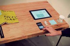 Ce bureau qui porte le nom de Digita (Table of the Present Time) est constitué simplement d'un plateau de bois massif creusé pouvant accueillir une tablette, un smartphone, un livre, un bloc-note, un stylo et un scanner. Un « tout-en-un » minimaliste qui inspire la réflexion sur le traitement de l'information à l'heure du tout-numérique. Arielle Assouline Lichten