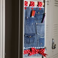 Keep tidy in style with the Jean-ious Pocket Organizer. If you've outgrown multiple pairs of jeans, use them to make a DIY jewelry organizer, DIY makeup organizer, or DIY supplies organizer. Figure out how to organize your locker or craft room. Coin Couture, Jean Crafts, Denim Crafts, Refaçonner Jean, Amo Jeans, Locker Organization, Office Storage, Diy Locker, Locker Decorations