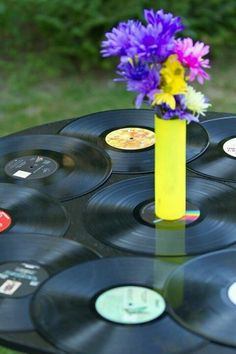 Use old vinyl records as table cover