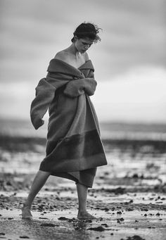 julia van os by emma tempest for heroine magazine fall winter 2015 (Either you stand out or your clothes) Beach Shoot, Beach Poses, Fashion Photography Inspiration, Portrait Inspiration, Beach Editorial, Winter Beach, Fall Winter, Poses Photo, Outdoor Fashion