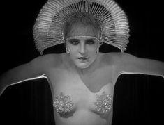Brigitte Helm in in Fritz Lang's 1927 silent film 'Metropolis' Tv Movie, Sci Fi Movies, Old Movies, Vintage Movies, Metropolis Fritz Lang, Metropolis 1927, Metropolis Robot, Louise Brooks, Les Aliens