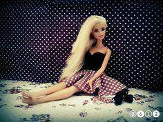 Barbie'ye yeni elbisesini diktik!!! Diğer modeller yakında gelecek.  Elbisenin üst kısmını siyah renkli ince çoraptan yaptık. Etek kısmını da istediğiniz kumaştan yapabilirsiniz. Ayakkabılar Barbie'nin kendisine aittir.