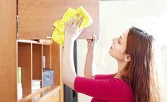 Na hora da limpeza da casa, é preciso ter um cuidado especial com os móveis. Isso porque a maneira errada de tirar o pó pode causar manchas. Veja algumas dicas para ter móveis brilhantes sem erro. Veja também Como restaurar móveis antigos Truques de limpeza caseiros Como limpar espelhos e vidros