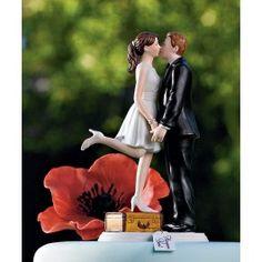 Bezaubernde Tortenfigur!  Die Braut steht in Ihrem kurzen Kleid auf einem Koffer und gibt Ihrem Bräutigam einen Kuss.  Haben auch Sie Flitterwochen geplant? Dann ist diese Tortenfigur perfekt für Sie!  Aus handbemaltem Porzellan Abmessungen: 8,25 cm x 14 cm hoch