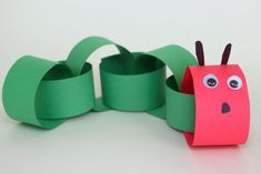 Adorable and easy caterpillar craft for kids! A simple book inspired activity for preschoolers. Read The Very Hungry Caterpillar and make this craft today! Toddler Art, Toddler Crafts, Preschool Crafts, Abc Crafts, Paper Crafts For Kids, Crafts For Kids To Make, Paper Crafting, The Very Hungry Caterpillar Activities, Caterpillar Craft