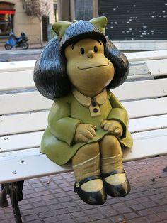 "Statue de Mafalda, personnage de la bande dessinée de Quino"", dans le quartier de San Telmo au coin des rues Defensa et Chile. #mafalda #santelmo #buenosaires"