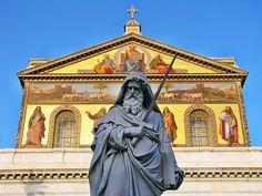 Statua di S. Paolo davanti all'omonima basilica.