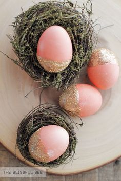 DIY Gold Dipped Easter Eggs from The Blissful Bee #easter #eastereggs #gold