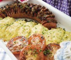 Den här rätten kommer ta placeringen som en av dina vardagsfavoriter. Du ger den klassiska falukorven ett krispigt täcke genom att placera en röra gjord på ketchup, senap, soja och rostad lök. Till detta serverar du fluffigt mos med Västerbottensost. Morrocan Food, Scandinavian Food, Swedish Recipes, Bratwurst, Everyday Food, Food Pictures, Mashed Potatoes, Meal Prep, Sausage