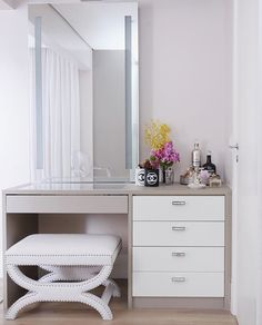 Trendy bedroom desk organization make up diy makeup 28 ideas Bedroom Desk, Bedroom Dressers, Home Bedroom, Bedroom Furniture, Furniture Design, Bedroom With Vanity, Bedroom Makeup Vanity, Makeup Vanity Lighting, Closet Vanity