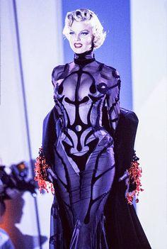 Eva Herzigova walks the runway at the Thierry Mugler Ready to Wear Spring/Summer. - Eva Herzigova walks the runway at the Thierry Mugler Ready to Wear Spring/Summer 19921993 fashion s - Trend Fashion, Look Fashion, 90s Fashion, Runway Fashion, High Fashion, Fashion Show, Vintage Fashion, Fashion Outfits, Fashion Design