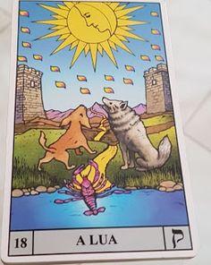 Tarot Universal de Waite - Carta 18 – A Lua  Descrição: No topo, sobreposto a um céu azul claro, a Lua cheia dourada bem brilhante, dentro, o perfil de um rosto permite perceber outra lua, a crescente; dezenove respingos caem da lua. Ao centro, sobre a relva, dois lobos observam a energia que emana da Lua; próximo aos lobos, um lagostim à beira d'água em posição de ataque. Nas laterais, uma torre de cada lado, entre os lobos, um caminho estreito que percorre a região em linha sinuosa em...